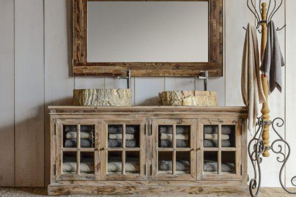 Aparador en madera envejecida estilo rústico con puertas en celosía. Marco con espejo a juego.