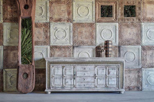 Aparador tallado de madera envejecida y detalles en oro viejo. Estilo oriental.