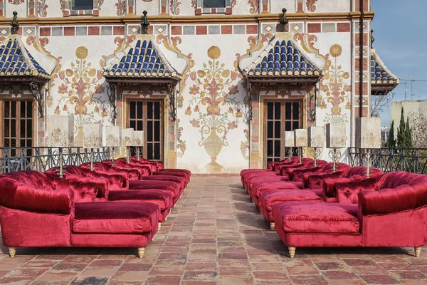 Chaise longue clásica tapizada en terciopelo rojo.