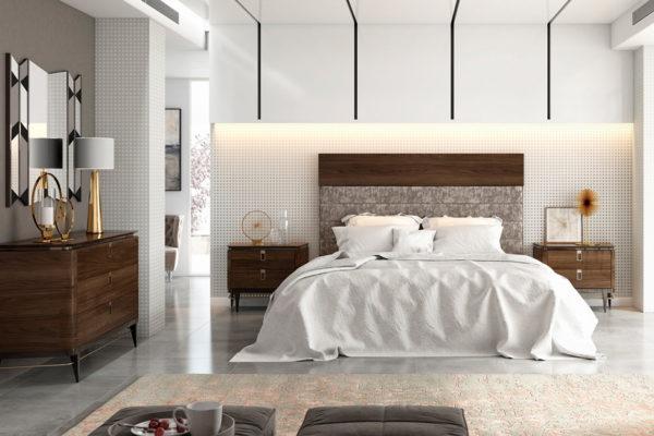 Dormitorio compuesto por cabecero decorado, mesitas, cómoda y espejo a juego acabado en madera de nogal.
