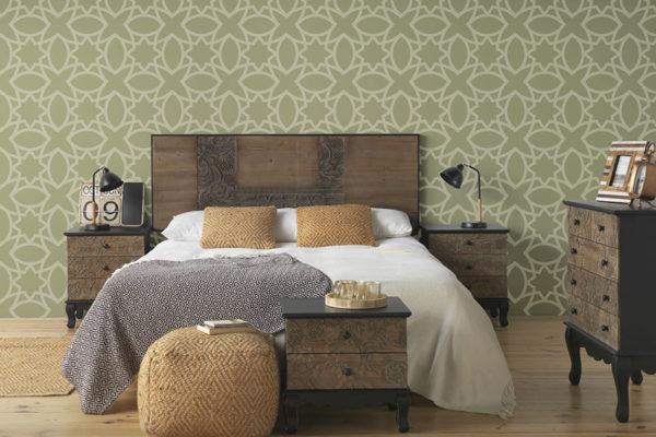 Dormitori amb capçal, tauleta de nit, còmoda i taula xicoteta en fusta envellida tallada. Pouff en fibra vegetal