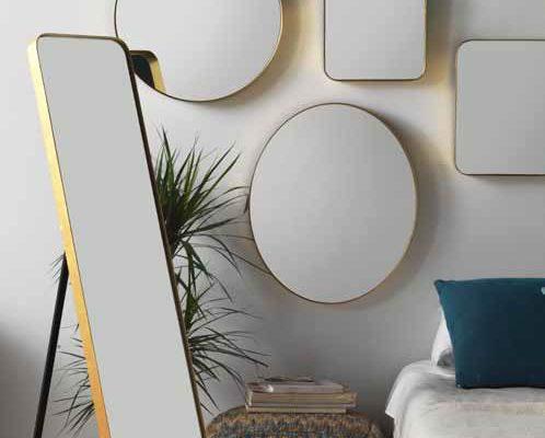 Espejos de varios tamaños, redondos, cuadrados y de pie con marco metal dorado.