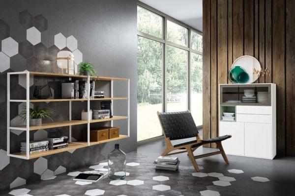 Librería volada en madera y metal con lacado blanco. Butaca auxiliar con símil piel y madera. Contenedor con vitrina cajones y puertas lacado blanco.