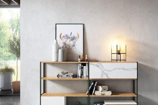 Moble de saló compost per prestatgeria oberta amb mòduls porta alterns.