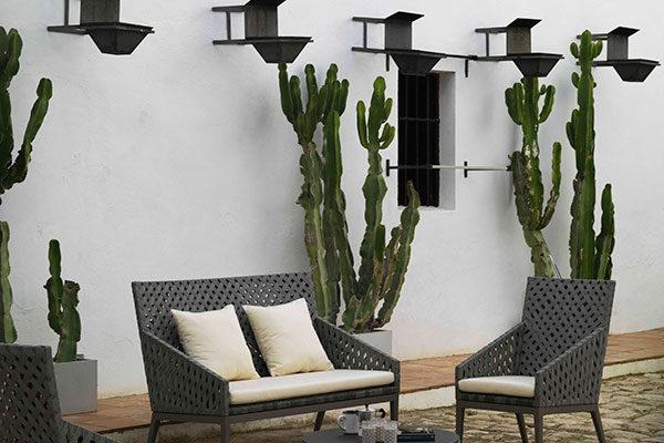 Sofá 2 plazas para exterior y sillones en aluminio color taupé y fibra sintética trenzada.