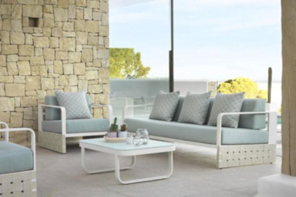 Sofá para exterior en aluminio color blanco y asientos en tela hidrófuga.