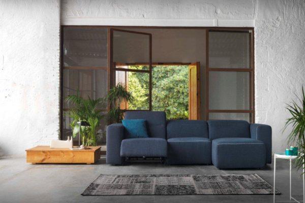 Sofá modular con relax a motor. Tapizado color azul con vivos.