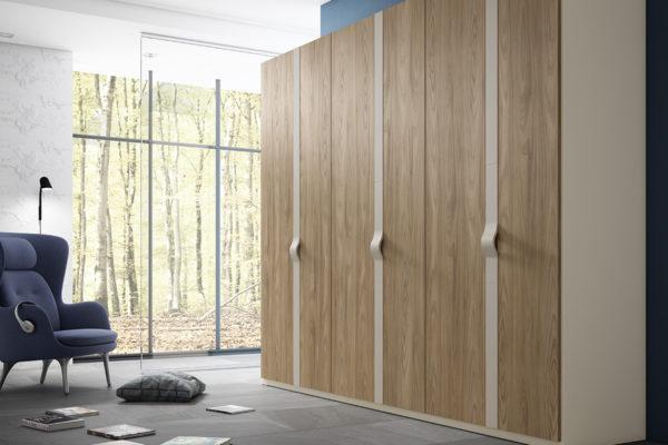 Armari de portes abatibles , llises en fusta de roure i tirador amb forma lacat