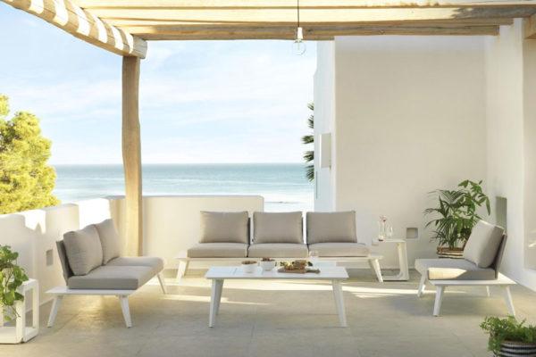 Conjunto de sofás para exterior en aluminio lacado blanco y cojines de tela hidrófuga.