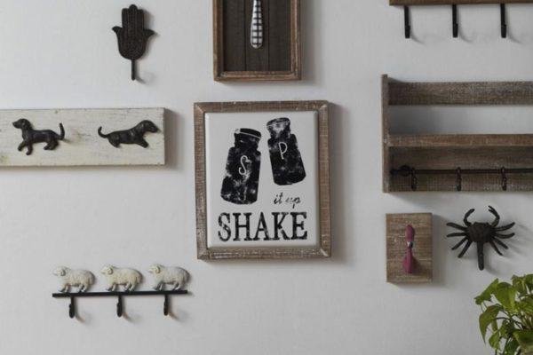 Consola de madera y metal, percha de ovejitas, percha de perritos, cuadro cuchillo, percha retablo flores, percha de madera con repisa y cuadro medusa.