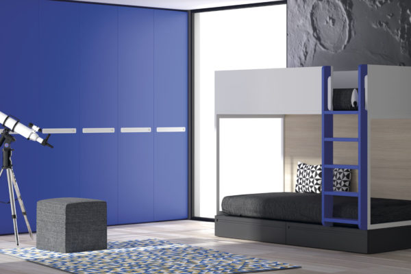 Dormitorio infantil con litera doble con cajones inferiores y armario a juego. Acabado blanco, gris vulcano y azul.
