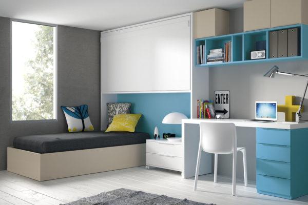 Dormitorio juvenil compuesto por cama abatible horizontal alta, nido con arcón, mesa de estudio y estanteria colgadas a pared.