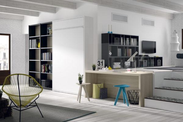 Dormitorio juvenil compuesto por cama abatible vertical, zona de estanteria hasta el suelo y mesa de estudio.