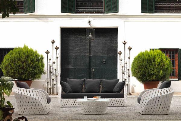 Joc de sofà i 2 butaques per exterior en alumini i fibra sintètica trenada blanca. Coixins amb teixit hidròfug