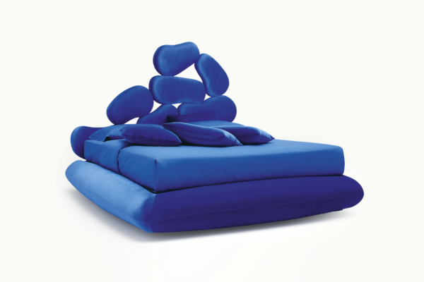 Cama tapizada modelo Stone en color azulón.