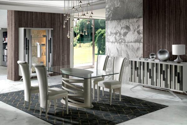 Comedor compuesto por vitrina, aparador, mesa con tapa de cristal y pie figura, sillas tapizadas.