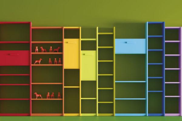 Estanterías a medida formadas por columnas y estantes, con gran variedad de colores.