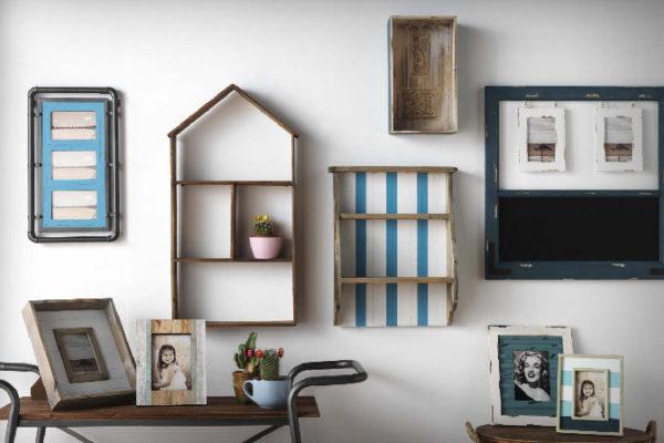 Estanterías para colgar de varios tamaños, colores y formas. Portaretratos en madera envejecida.