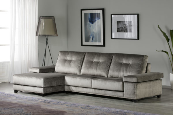 Sofá con chaise longue y patas de madera. Tapizado plata.