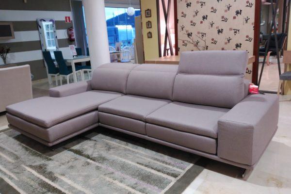 Sofá con chaise longue, modelo Siena, con cabezales reclinables y varias medidas. Tapizado gris.