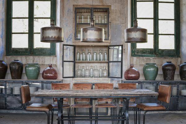 Mesa comedor, pies de hierro, tapa de madera envejecida. Sillas en metal y polipiel. Estilo industrial.