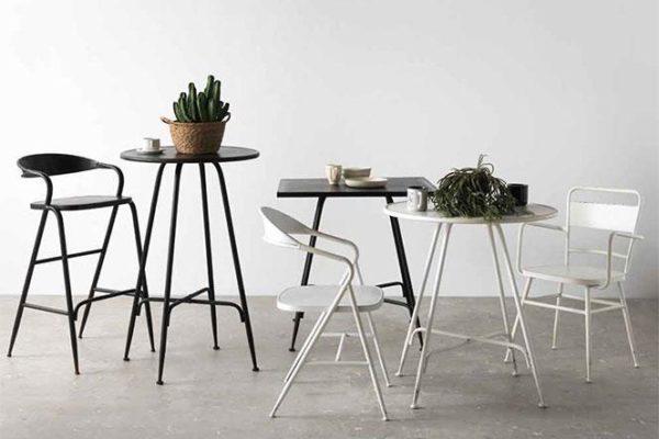 Mesa redonda alta de metal con taburete a juego. Mesa baja redonda de metal. Sillas de metal en blanco.