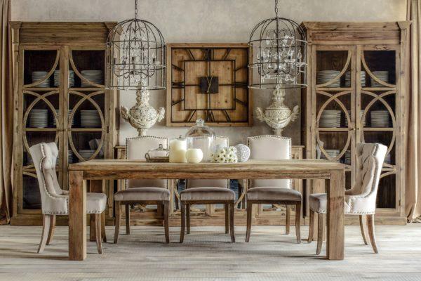 Vitrina estilo rústico en madera envejecida con puertas en celosía y cristal.